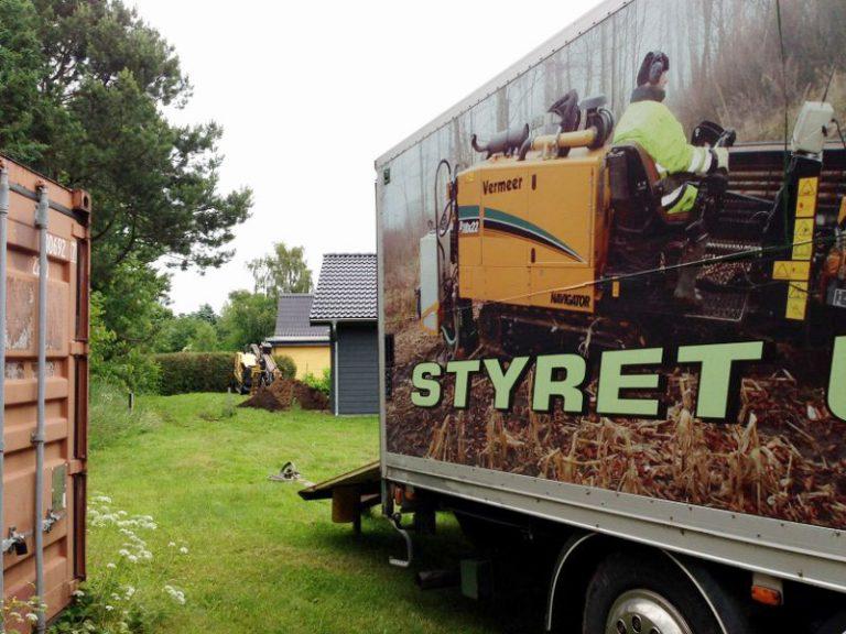 Anlæg og renovering af kloak og dræn ved styret underboring af PA Underboring. Ingen skader i græsplænen.
