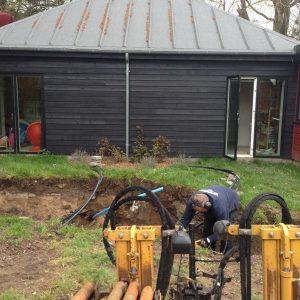 Styret underboring for ikke at skulle grave haven helt op.